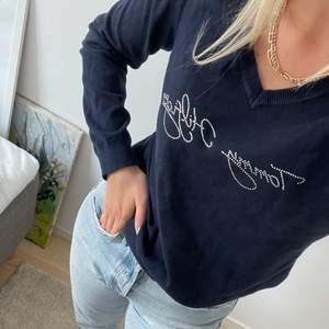 En av mina favoriter! Tunt stickad tröja från Tommy Hilfiger med silvriga paljetter. Är en L men rätt liten