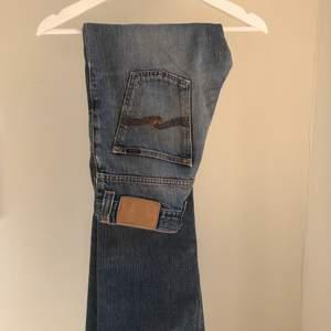 Raka/bootcut Nudie jeans med medelhög midjan. Byxändarna har fransat sig lite men i övrigt bra skick.