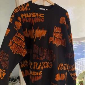 Super fet tröja från Weekday som tyvär inte kommit till användning, använd Max 4 gånger så är i bra skick. Den är i oversize passform, Köparen står för frakten🦋