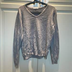Så fin och mysig stickad tröja med v uringning. Knappt använd så i nyskick