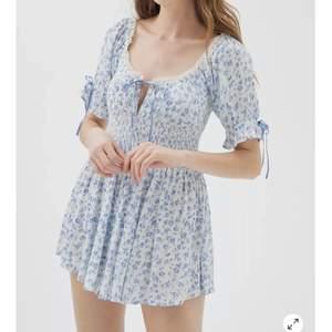Säljer min jättefin playsuit/jumpsuit men ser ut som en klänning. Den är för stor för mig då jag är ganska liten så de är bättre att jag säljer den. Aldrig använd förutom prövad och lappen finns kvar. Ev kvitto om jag letar. Första 2 bilderna är lånade från hemsidan❤️ går ej att köpa i butik längre så passa på!