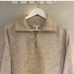 Säljer en beige stickad tröja från H&M i storlek S (men är rätt oversized) Perfekt på sommarkvällar eller i vinter! Supermysig och sticks inte alls!!