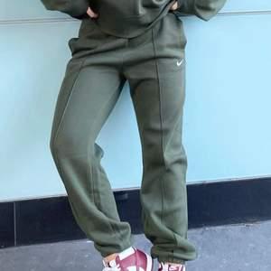 Coola mjukisbyxor från nike i storlek M. Jag är 175 cm lång. Köpta för 440 så säljer för 300 kr inklusive spårbar frakt❤️🔥❤️🔥