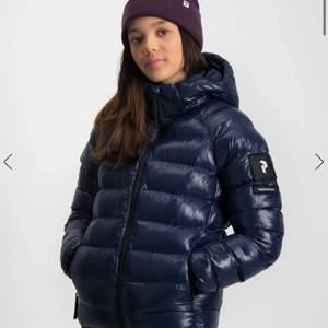 Intressekoll på min svarta peak jacka! Perfekta vinterjackan, jätte mjuk och skön! Säljer för att det inte är min stil längre Nypris: 1400kr🌸 (säljer bara om jag får ett bra bud)