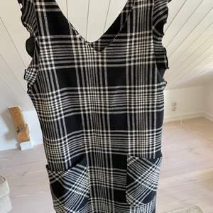 Rutig klänning från Zara kids i storlek 158/164 men som en S. Använd endast en gång så i väldigt bra skick