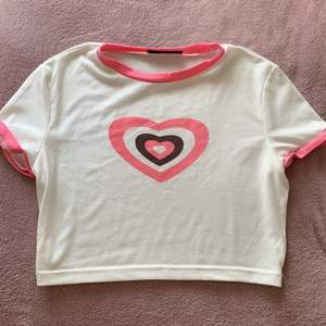 Super fin t-shirt i brun rosa och vit super trendigt med ett par lågmidjadr jeansen 💖🦋