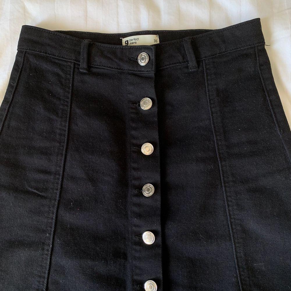 Säljer denna gulliga svarta jeanskjolen!🖤 Perfekt inför sommaren. Bra skick och fina detaljer. Storlek 36. Köparen står för frakt.. Kjolar.