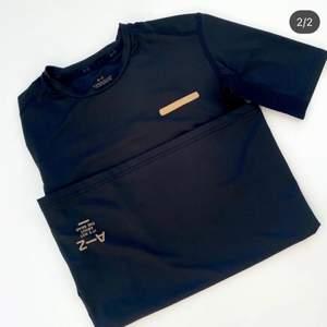 Snygg träningst-shirt från Zlatans märke A-Z. I stretchigt material med elastiska sömmar och en reflekterande remsa. Se fler trendiga träningskläder på vår Instagram @oak_uf!