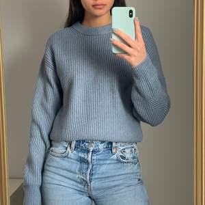 En jättefin blå stickad tröja i storlek XS. Köparen står för frakten som ligger på 65 kr och betalning sker via swish💕