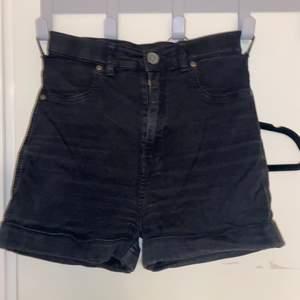 Ett par svarta shorts från Dr Denim som köptes för säkert 5 år sedan. De är en storlek XL men jag har oftast 42-44 i kläder, och de sitter perfekt på mig. Superstretchiga! Köparen står för frakt!