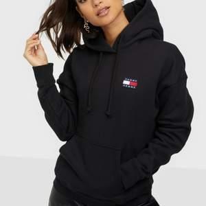 Supersnygg och skön hoodie från Tommy Hilfiger. Är som ny då den knappt är använd. Nypriset är 1200kr! Är i storlek S men passar s-m.