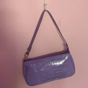 Jättefin väska!! Den är pastell lila och inuti har den inga fack❤️ frakt tillkommer❤️