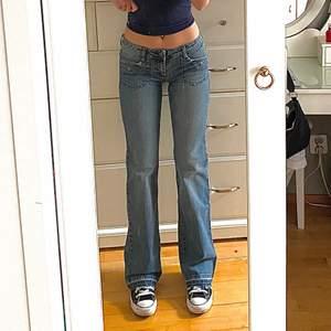 lågmidjade jeans från Volcom Stone🙌perfekt passform!!!! helt oanvända med prislapp kvar, nypriset var 1149kr och dessa finns inte att köpa nånstans längre. jag är ca 165cm💕