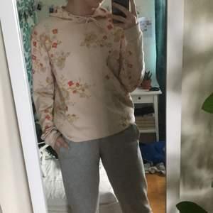 Skitfin rosa hoodie från Asos! Använder den aldrig så den har inga fel alls! Den är herr M så den är ganska oversized, älskar den men använder den aldrig för jag inte tycker färgen passar på mig ! Bara o skriva för fler bilder eller frågor❣️