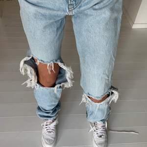 Säljer mina fina jeans ifrån Mango då de har blivit förstora för mig, de är i strl 32 och är väldigt långa i längden. Köptes för 600kr och mitt pris är 400kr ✨🤎