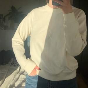 Najs och skön vit tröja/sweatshirt från HM. Har några få små små fläckar på armen o framsidan, men tycker själv inte man ser dom tydligt🤍 kan frakta också! (köparen står isåfall för frakten)