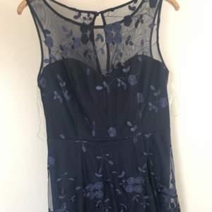 En A-lime klänning från Goddiva som inte säljs längre. Den är oanvänd med prislappen på. Klänning är mörk/marinblå med spetsdetaljer över hela klänning. I storlek L, 42. Jag är normalt storlek M som mest L men denna klänning är xl alltså lite liten i storleken än vanliga klänningar. Pris kan diskuteras