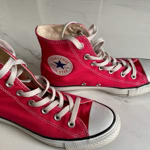 Rosa converse. Jättefina och bra skick  Säljer dom för dom är försmå för mig:(( storlek 37,5 Frakt betalar inte jag🥰 #rosa #mode #populärt #trendig #skor