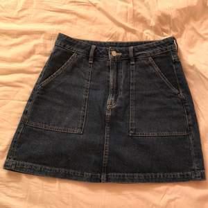 Fin jeanskjol, lagom kort, använd ett fåtal gånger. 🖤 tyvärr för står för mig
