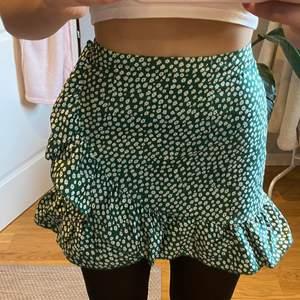 Superfin grön och vit kjol med volanger som sitter som än smäck i storlek Xs/S