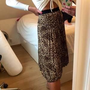 Fin kjol i leopard mönster, i ny skick!