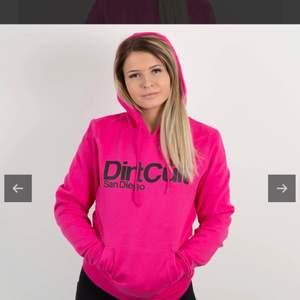 Säljer nu denna super sköna dirtcult hoodie i stl s då den tyvärr knappt kommit till användning. Hoodien är i nyskick då den bara använts vid få tillfällen !🦋 nypris 699kr, säljes för 250. Köpare står för frakt !🤗
