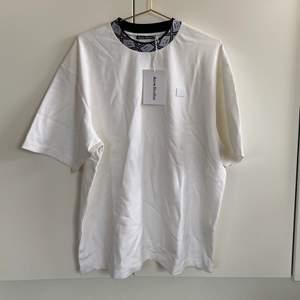 Ny oanvänd Relaxed Fit T-shirt!  Storlek M. Sitter som en M herr, så lite oversized på dam.