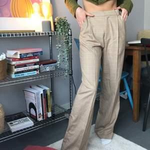 Rutiga kostymbyxor med pressveck från Zara med prislappen kvar. Mkt snygga. Säljer ett par likadana i XS