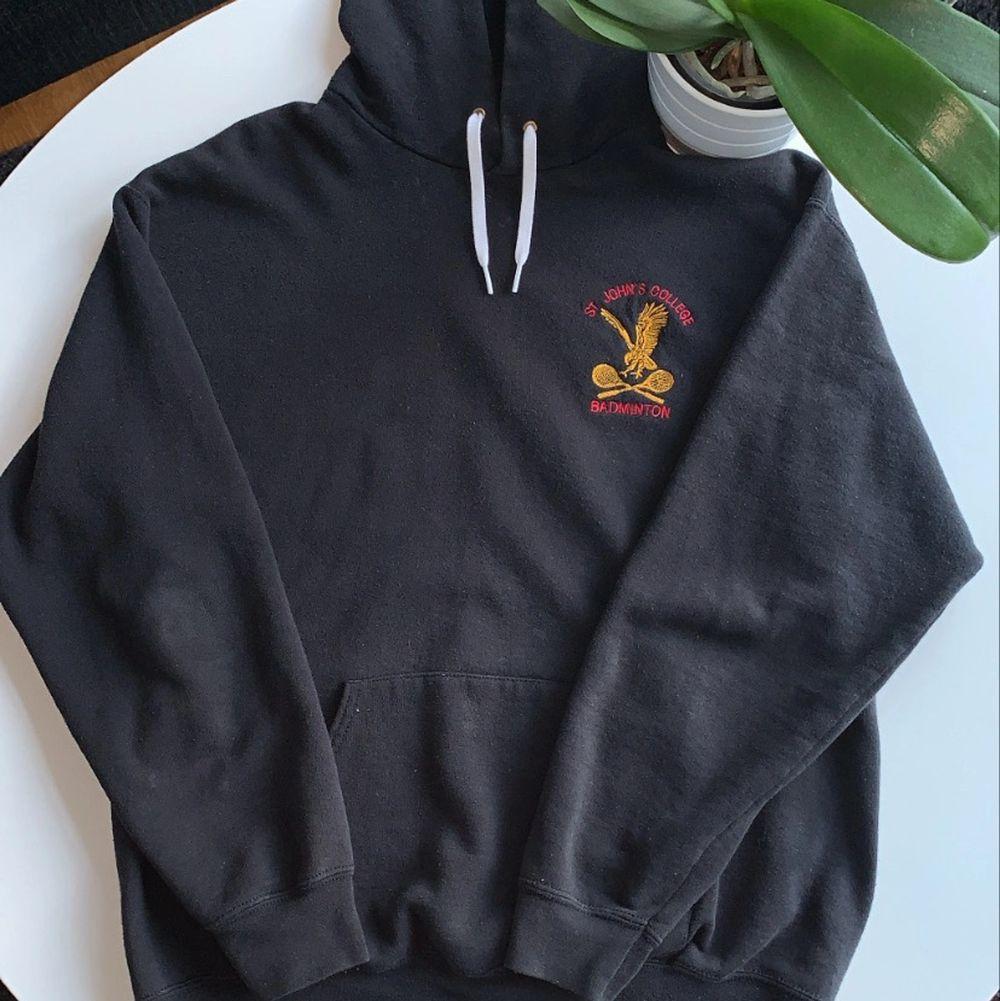 Fin vintage hoodie med märke på framsidan, köpt scoundhand!. Huvtröjor & Träningströjor.