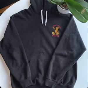 Fin vintage hoodie med märke på framsidan, köpt scoundhand!