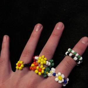 Säljer hemma gjorda ringar💖 Ringarna utan några blommor kostar 15kr. Ringar med 1 blomma kostar 20kr. Ringarna med fler blommor kostar 25kr💖 Man får järna göra en costume made ring, där du får välja färg. Sammfraktar järna! Köpare står för frakt, men om du köper 3 eller mer ringar så blir frakten grattis💖