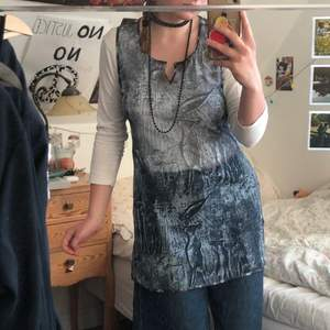 Jätte snygg mesh klänning med motiv på, helt i nyskick. Den är en minidress på mig som är ca 160cm :) Köparen står för frakten <3 (obs polon under är ej medföljande, används enbart för bilden!!)