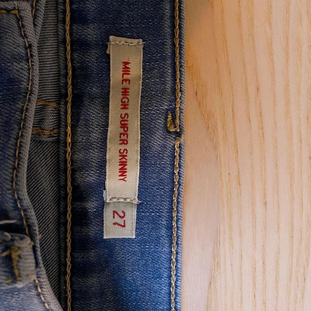 Snygga Skinny Jeans från Levi's. Säljer då de inte används längre. De är inte använda på över ett år. Jag är 166 cm lång och de är lite långa för mig i benen. Köpta 2019 för 1100kr, pris kan diskuteras.. Jeans & Byxor.
