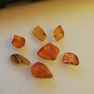 Fina bärstenar som är kåda som har stelnat i flera  hundra miljoner år! 1 för 25 ,2 för 45 ,3 för 60 ,4 för 75 ,5 för 85 ,6 för 95 ,alla 7 för 99