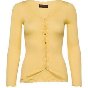 Säljer min gula rosemunde cardigan som inte kommer till användning eftersom jag inte tycker färgen passar mig. Nypris 699kr