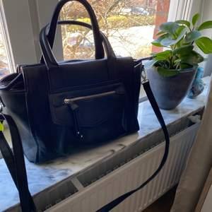 Så fin lite större väska. Använt några få gånger men känns som oanvänd! Säljaren står för frakten💕