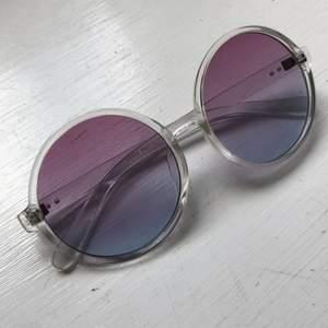 Superhärliga solglasögon i fina färger. Knappt använda, jättefint skick. Priset är inkl frakt.