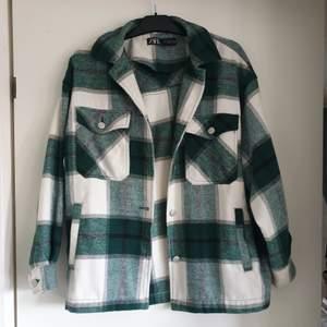 Populär skjortjacka från Zara 🥝 Storlek M men passar alla storlekar beroende på hur man vill att den sitter 🍓 Max använd 5 gånger.