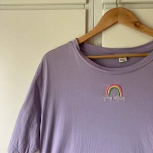 Fin tshirt med broderad regnbåge. Använd fåtal gånger.