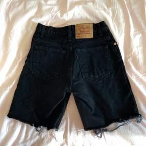 BUDA I KOMMENTARERNA ELLER PRIVAT TILL MIG! (lånad andra bild) Ett par supersnygga svarta jeansshorts från Levi's, precis sådär vintage och fransiga som man vill ha dom! Tyvärr för små för mig, storlek ca XS/S. KÖP DIREKT FÖR 500kr🥰