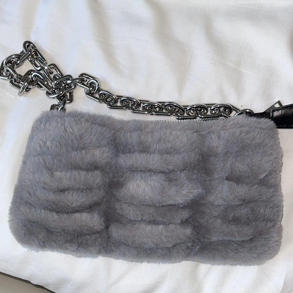 Köpt på Zara, kostade 199 kr och säljer den för 150 kr inklusive frakt. . Väskor.