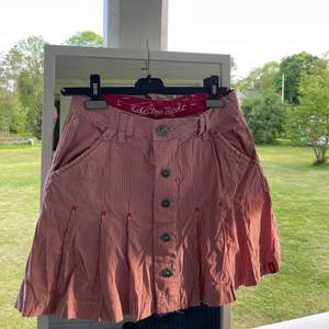 Rödvit randig kjol från Edc by esprit, från ca 90. Står storlek 36, men är stor i storleken, kanske mer som 38. Saknas en knapp på baksidan men inget som stör!