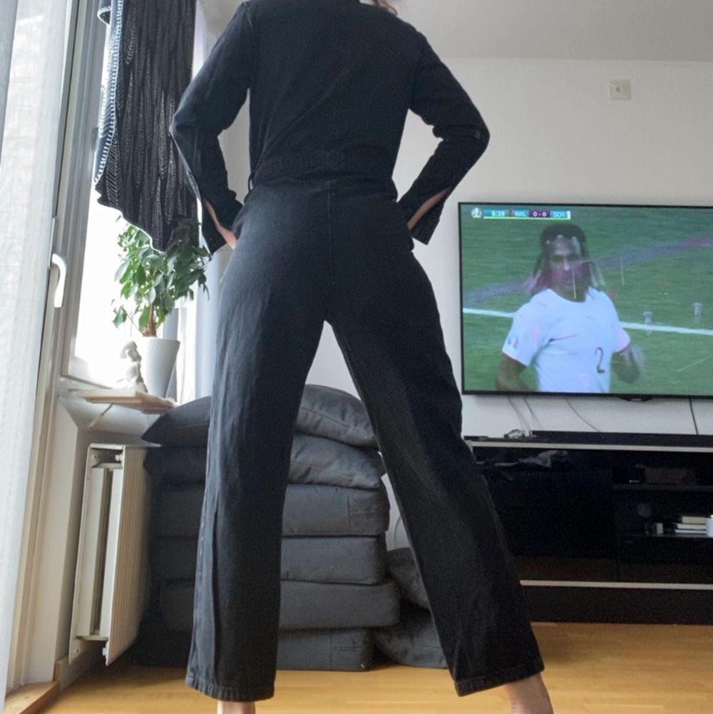As snygg svart jumpsuit! Sliten i färgen och är en oversize 36a i storleken🌟 jeans material💕💕 jag är 168. Jeans & Byxor.