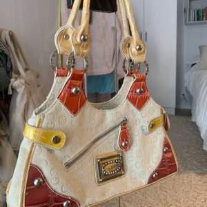 En så snygg vintage väska köpt second hand! Inga defekter🧡🌸💕 köparen står för frakten!💌 säljer pågrund av utränsning!