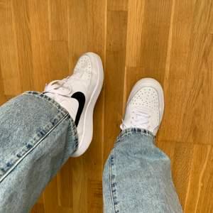 Vita Nike sneakers med svart logga, strl 40 men passar mig som har 39. Modell: court vision. Endast använda två gånger, som nya! Köparen står för frakten!