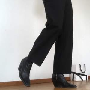 Jättesnygg kostymbyxa, passar mig som är en S, men kan nog sträcka sig till Xs och M