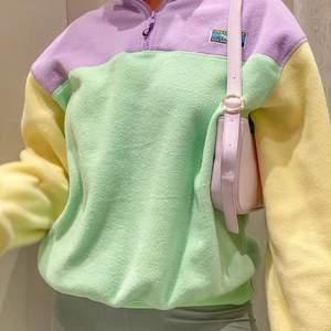 !lånade bilder! säljer min superfina sweater från junkyard 🌸 pastell färger, passar asbra inför sommaren! säljer för jag flyttar och måste rensa💞 storlek S men oversized, passar M/liten L. kolla min sida så finns även en i rosa, storlek M <3