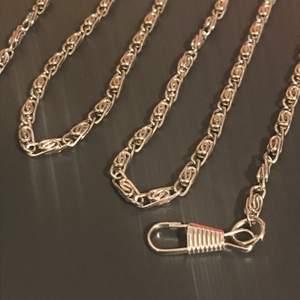 En lång fin kedja på 125 cm. Den är rostfri och kan användas till handväskor om man vill det, annars hänga i byxan eller så 😋 Frakt är 24 kr!