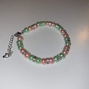 Grönt/rosa armband!! Såå fin kombo i pastellfärger enligt mig men kommer ej till användning då jag varken har rosa eller gröna kläder😪