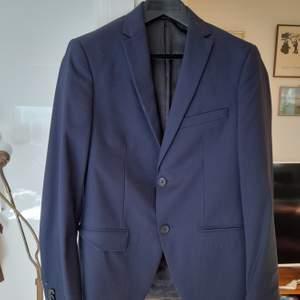 Superfin kostym, sällan använd. Inga defekter, missfärgningar eller fel. Superfin och bra helt enkelt. Pris kan diskuteras.